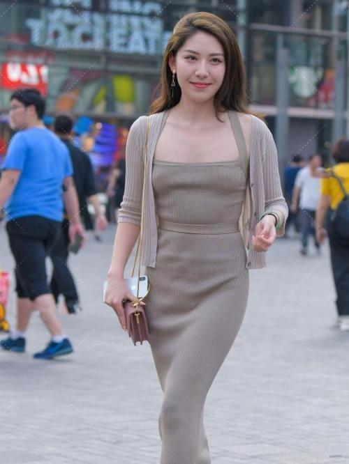 美女穿搭:連衣長裙中間纏個繩子,束腰設計突顯高雅氣質