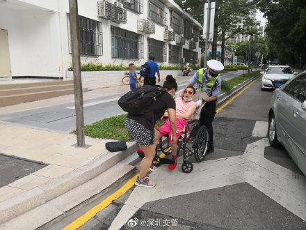 路人乘坐輪椅突發故障,交警及時伸出援手
