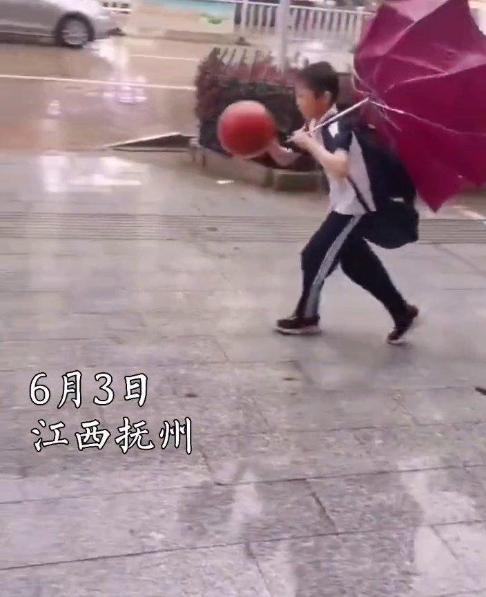 """男孩回傢路上打籃球太忘我,全然不知頭上的雨傘已經""""面目全非"""""""