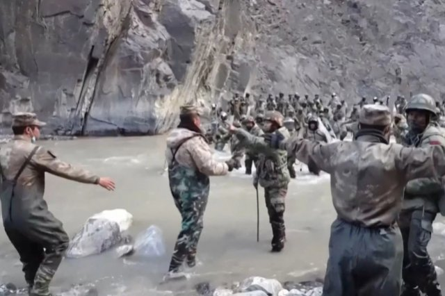 看到對面解放軍士兵用5G與傢人視頻連線,印軍感到憤怒
