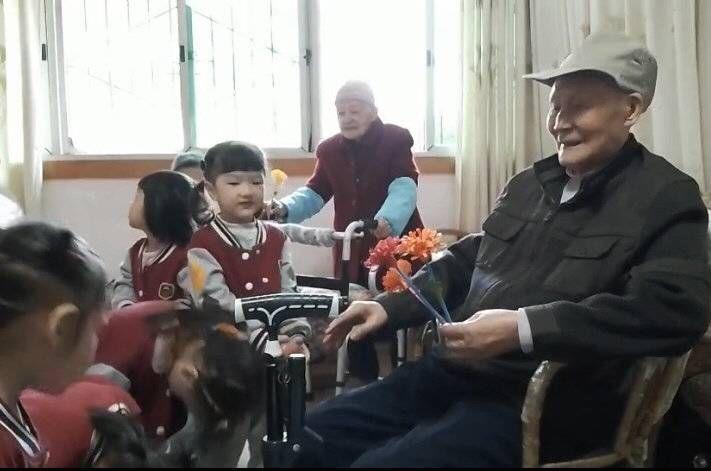 封面新闻|传递孝老敬亲美德 四川自贡自流井社区重阳节为百岁老人庆生