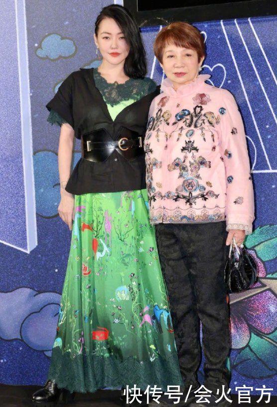小S與婆婆看秀狂凹造型,甩頭發差點打婆婆臉上,綠花裙被嫌老氣