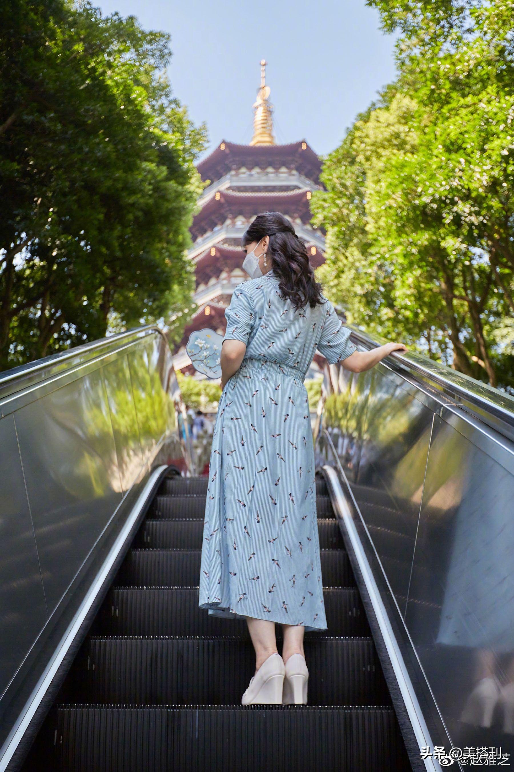 蓝色|赵雅芝重游雷峰塔,蓝色花裙配蓝色团扇清丽婉约,29年一点没变