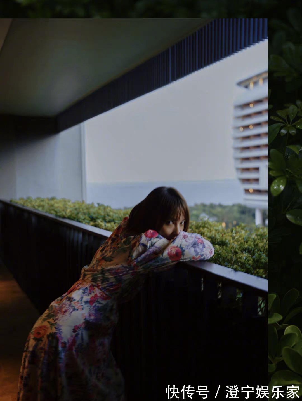 连衣裙|吴昕五一拍照,碎花连衣裙配短发妥妥的度假风,手舞足蹈太可爱了