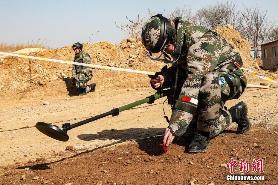 海軍陸戰隊某旅破障連進行掃雷訓練