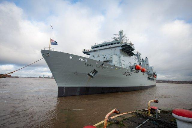還沒開到南海呢,英國海軍航母編隊裡這重要且唯一的艦船先不行瞭