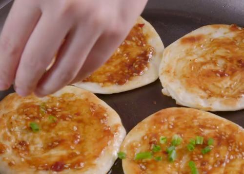 街邊的醬香餅吃膩了?不妨在家用餃子皮試試,味美解饞,孩子愛吃
