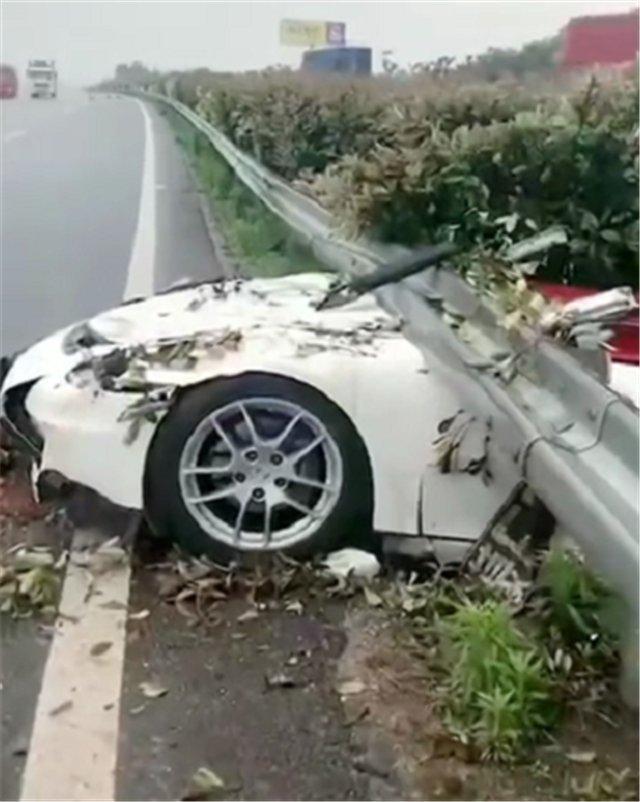 整個車頂被削平的保時捷718,車身卡在高速中央隔離帶,車損6位數