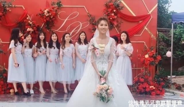 新娘仍手捧花,下一個動作令人憤怒,網友:其他閨蜜會吃醋的!