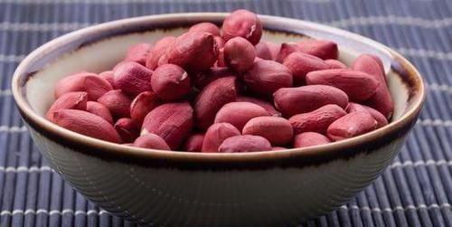 """花生被称为""""血管清道夫"""",常吃好处多。但4类人不宜吃"""