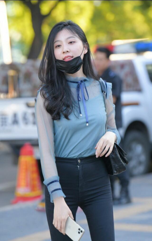 街拍蓝色T恤搭配深色牛仔裤,时尚魅力无法阻挡
