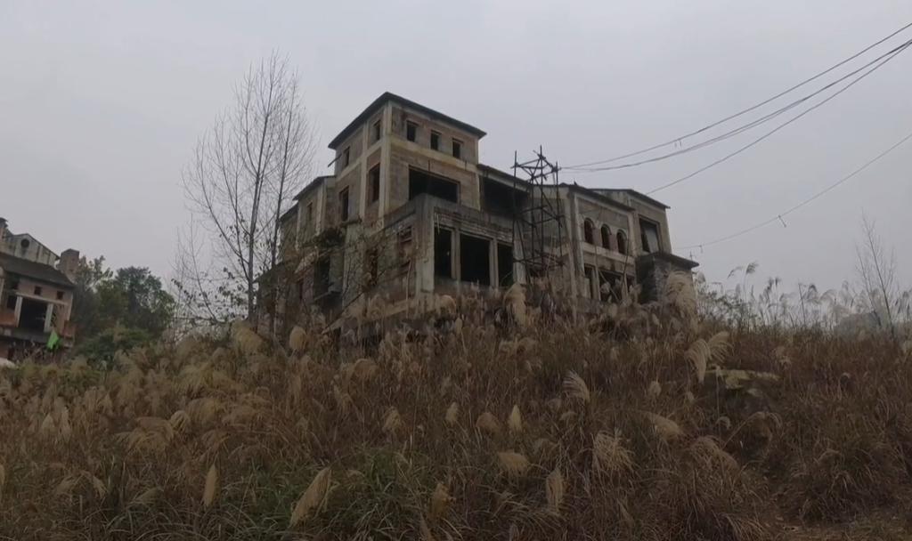 重庆南山景区废弃别墅群,杂草丛生阴森恐怖,荒废多年意外走红