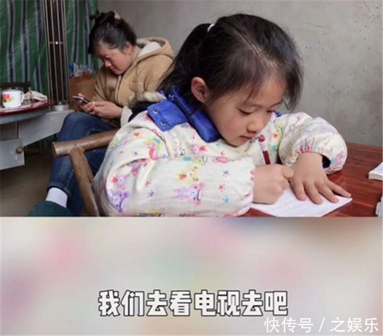 女儿在写作业,宝爸怂恿孩子去看电视,被孩子一句话怼得哑口无言