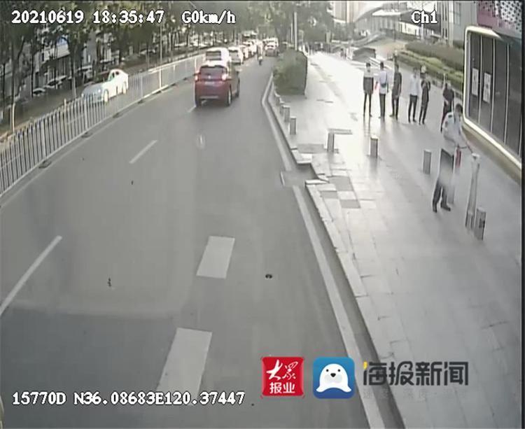 路邊垃圾桶起火 青島這名公交司機沖下車撲救獲贊