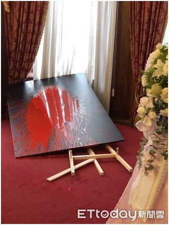李登辉肖像,被泼了红漆
