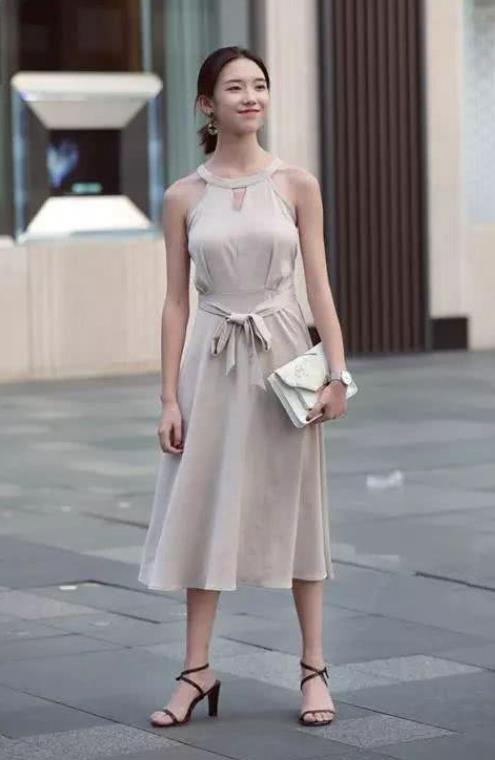 街拍:身材高挑的小姐姐,黑色连衣裙,非常的有气质