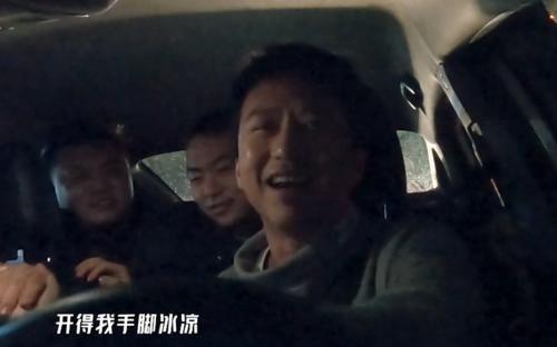 """鄧超在路邊攤吃包子,看到他手中筷子的""""顏色"""",網友:活該你火"""
