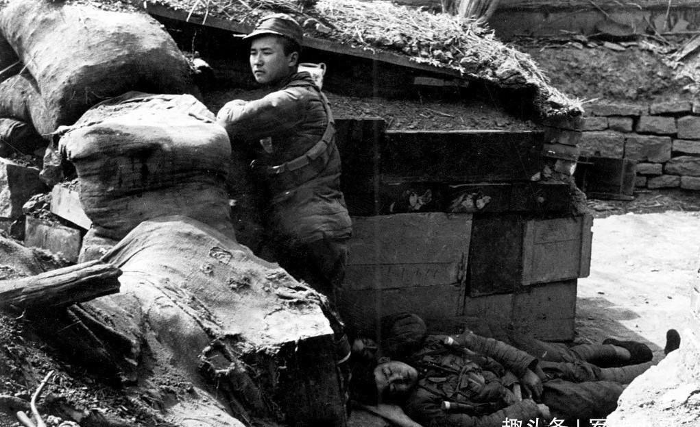 抗战记者冒死拍下3名中国兵站岗图,其实画面中已有2人牺牲