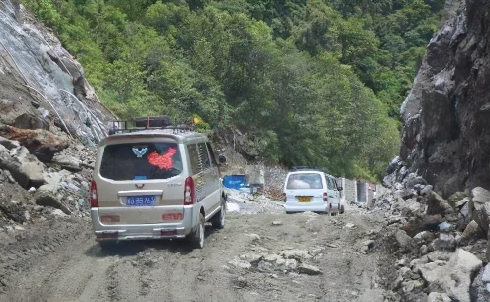 川藏线|川藏神车千千万,五菱宏光占一半,遇到皮卡靠边站