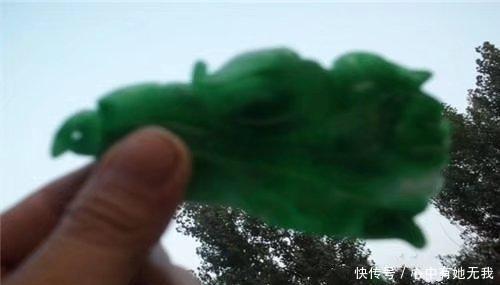 小伙在陵园捡到一枚翡翠饰品,老婆看到后,直接不让他进家门