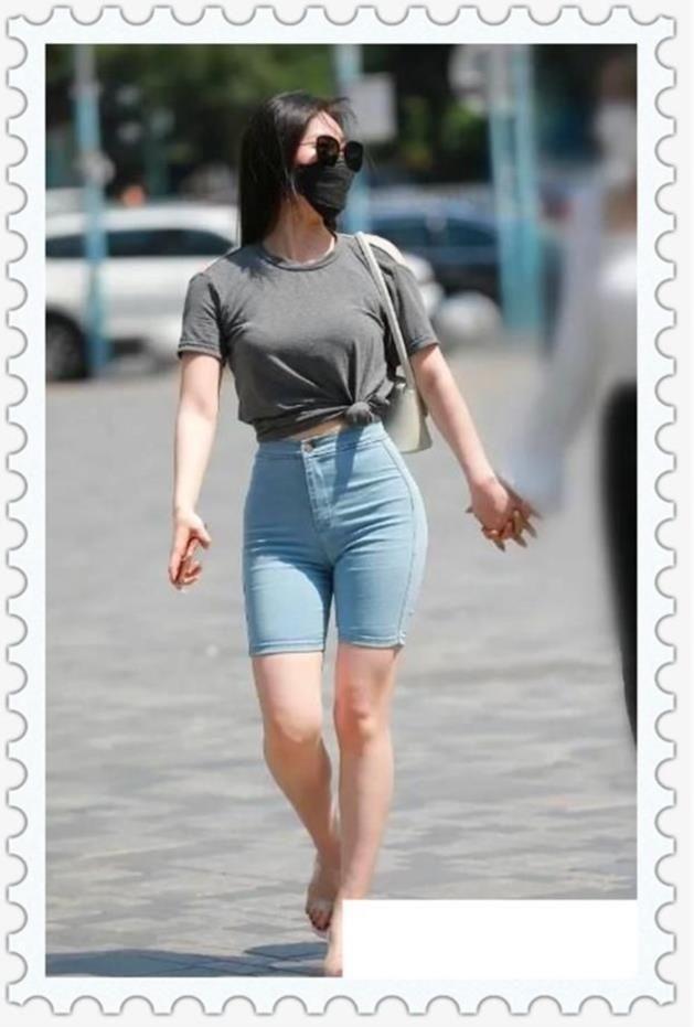 美女一副好身材,五分彈力緊身牛仔褲,背影尤其美