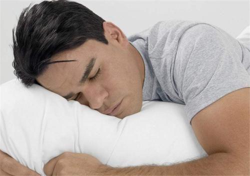 睡覺時,突然有一種「踩空」的驚險感,到底是不是疾病的信號?