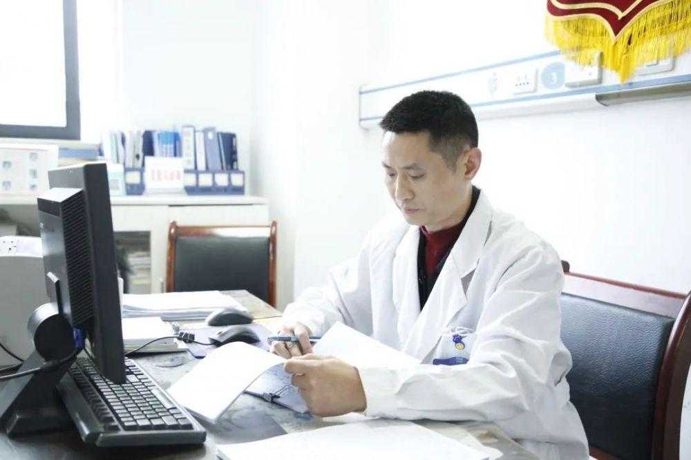 手术室|【我为群众办实事】垫江县人民医院普外科肝胆病区主任段建学:带伤坚守手术台,只为心中那份爱