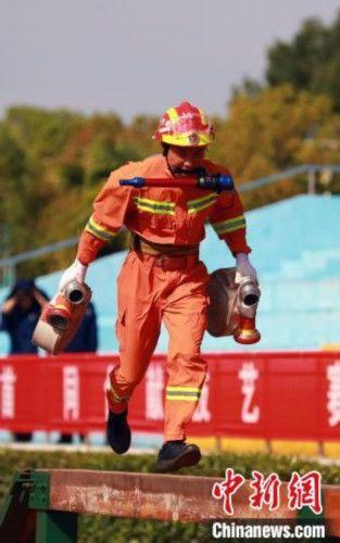 湖北420名消防员练兵比武