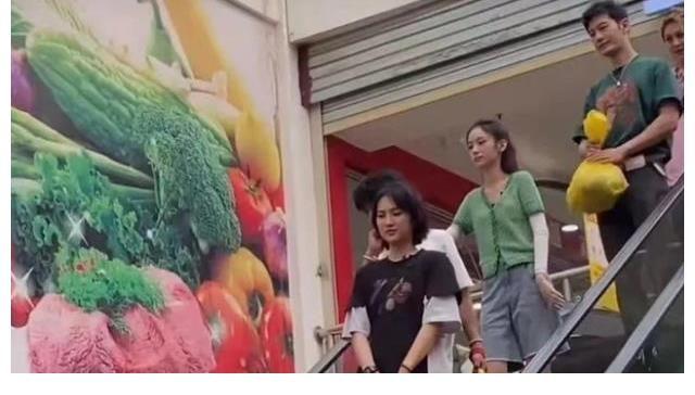 节目 《中餐厅5》赵丽颖路透,身材纤细长腿抢镜,丝毫不像生过娃的妈