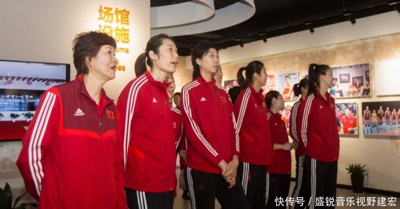 戰中國女排有妙招?日本請8位高個男陪練模仿,郎平坐地上顯年輕