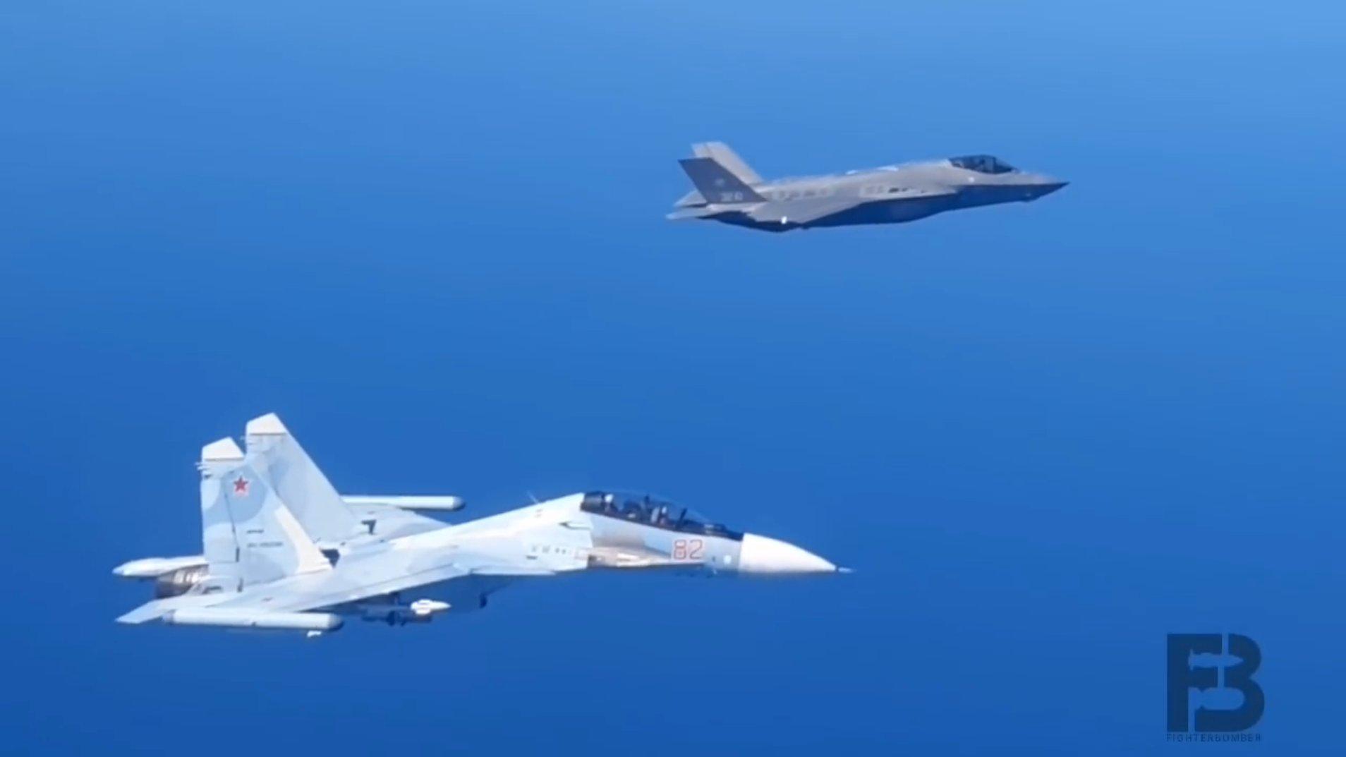 再不走就撞瞭!俄軍重型戰鬥機又秀硬核操作,強行逼退北約F-35