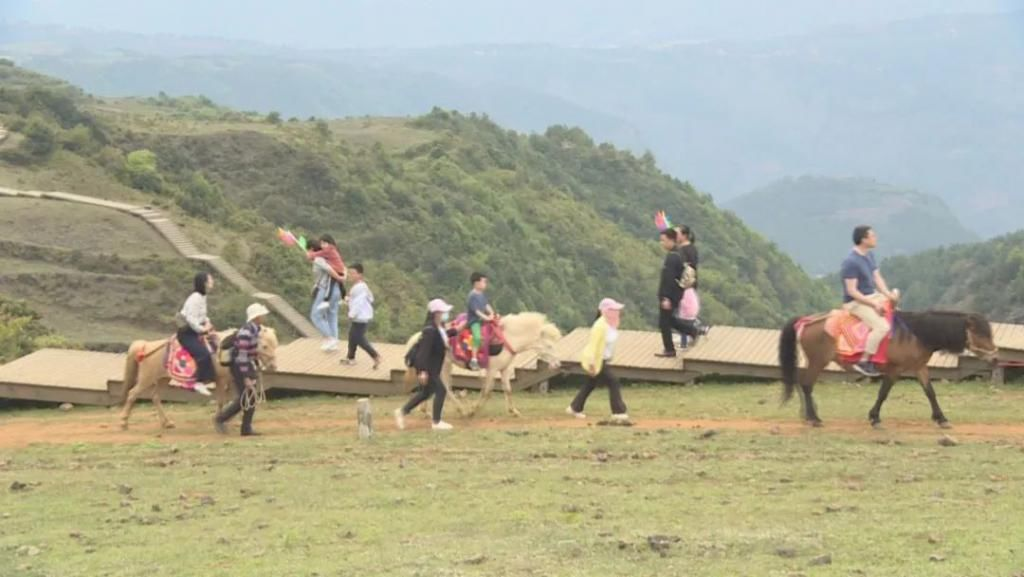 乌蒙大草原迎来旅游高峰
